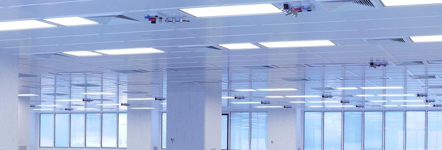 espace professionnel lumineux, éclairé par des panneaux LED encastrés au plafond